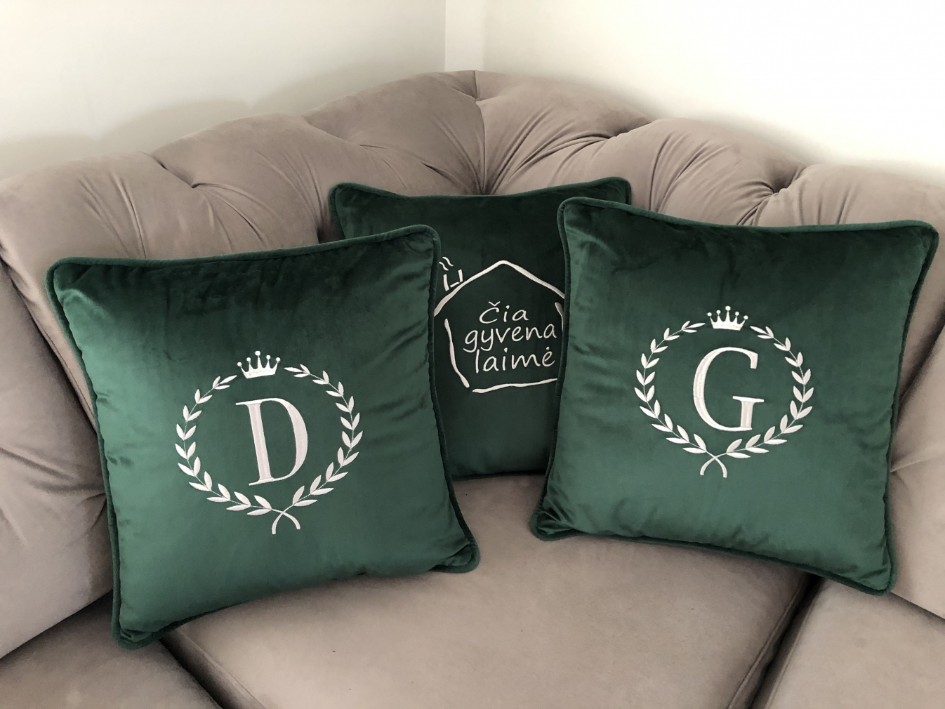 Aksomo pagalvėlė su inicialais