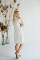 Baltos spalvos suknelė
