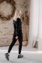 Juodos spalvos megztas laisvalaikio kostiumas