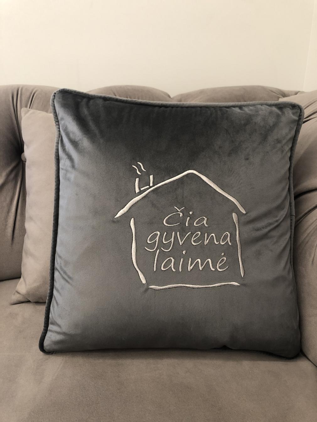 "Pilka aksomo pagalvėlė ""Čia gyvena laimė"""