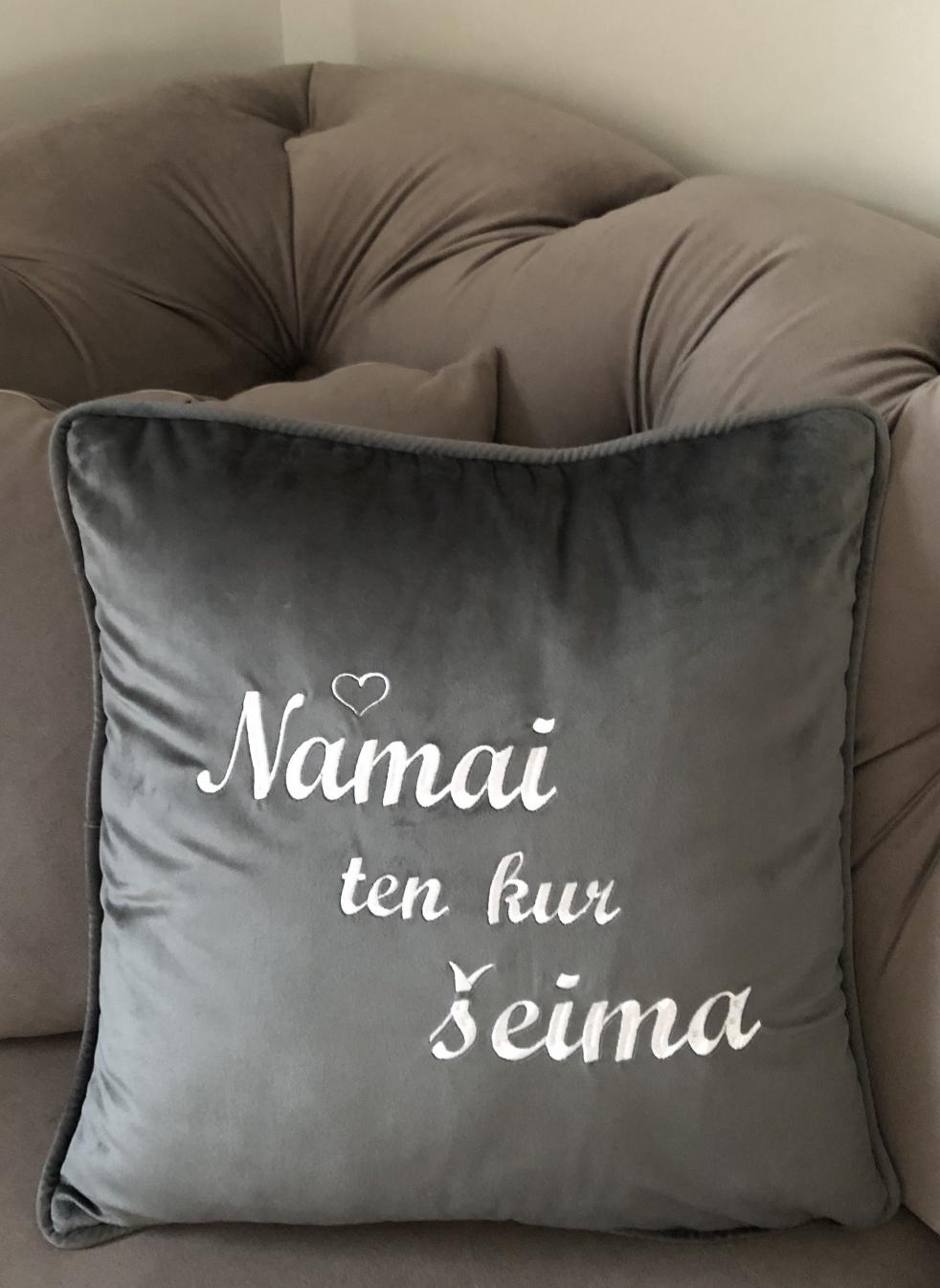 """Aksomo pagalvėlė """"NAMAI TEN KUR ŠEIMA"""""""