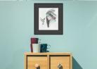 """Printas """"Kolibris"""" su juodu 5cm iš visų pusių pasportu ir juodu mediniu rėmeliu"""