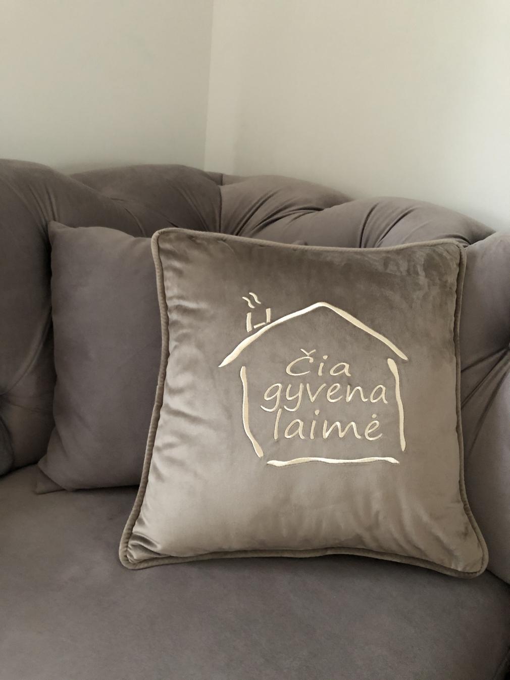 """Rusvos spalvos aksominė pagalvėlė """"Čia gyvena laimė"""""""
