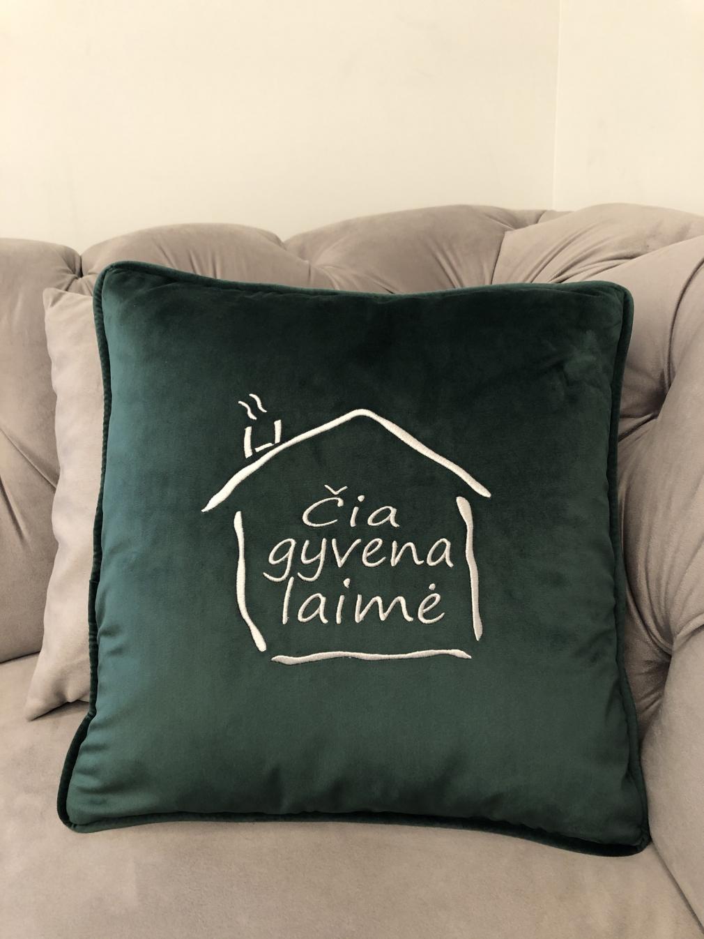 """Smaragdo spalvos aksominė pagalvėlė """"Čia gyvena laimė"""""""